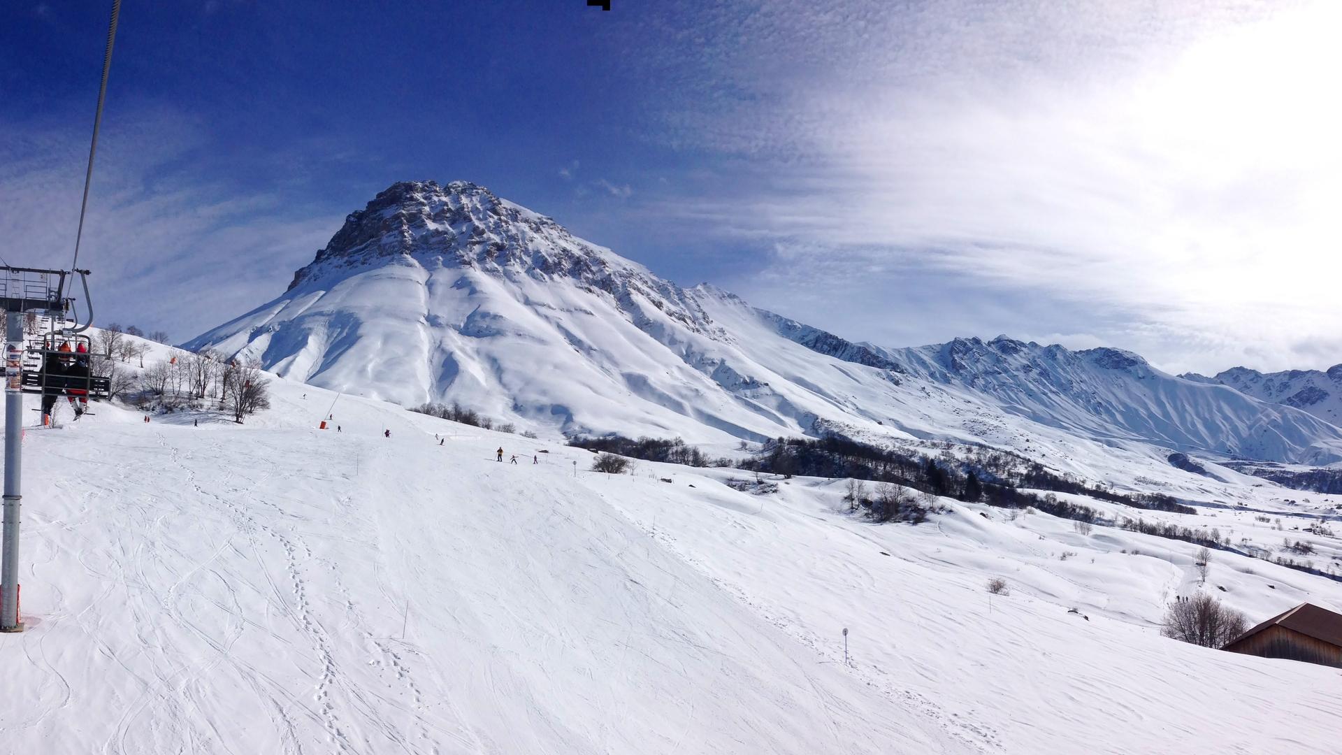 Vue sur le Mont-Emy et les Aiguilles d'Arves en hiver