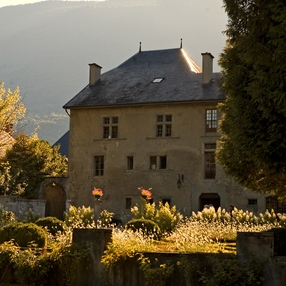 Prieuré et son jardin à la française