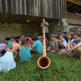 À la découverte du mégaphone des montagnes : le cor des Alpes !