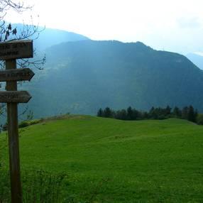 Découverte de la mystérieuse roche gravée à la croisée des vallées : Promenade-découverte