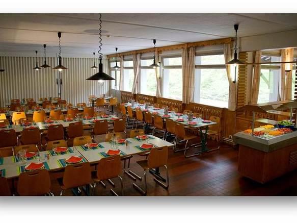 Une vaste salle à manger