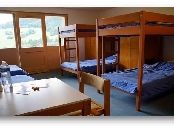 26  vastes chambres collectives avec salle de bain dans la chambre