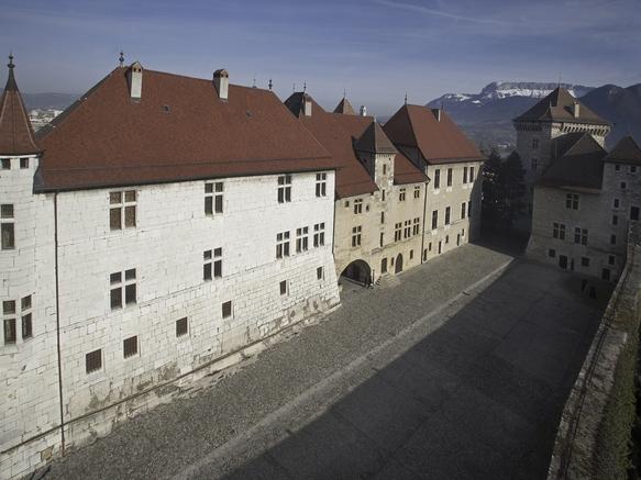 Cour Château d'Annecy Musée lacs et montagnes