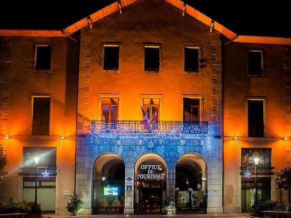 Office de Tourisme Sources du lac d'Annecy  de nuit