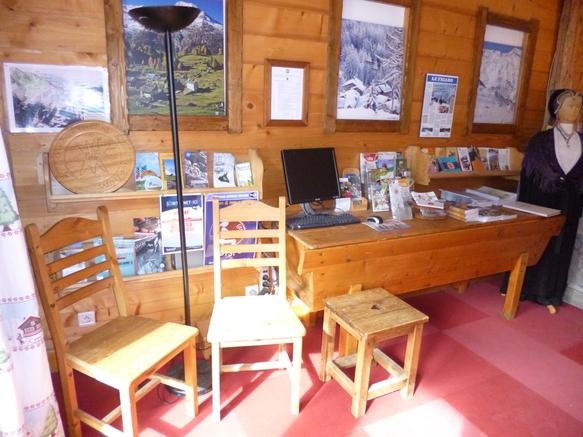 vue intérieur local office de tourisme