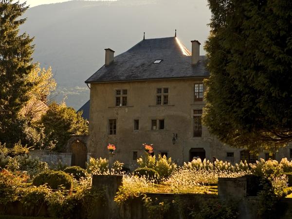 Prieuré et son jardin à la française image