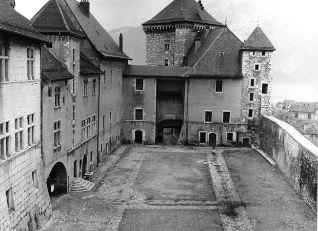 Cour Château d'Annecy Musée lacs et montagnes après démolition des écuries