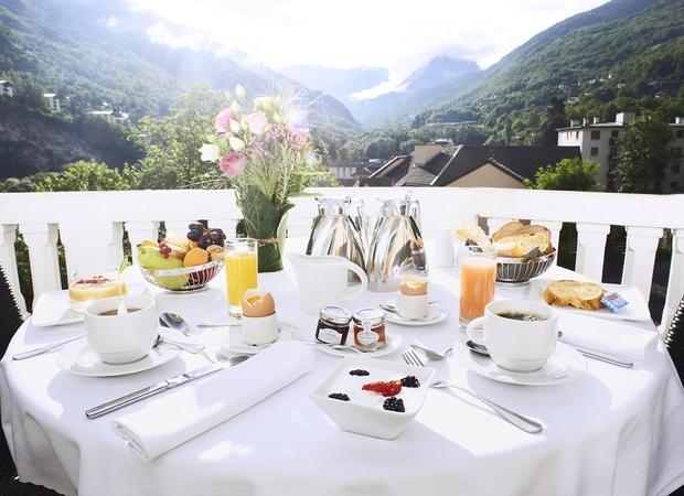 Petit déjeuner en terrasse - Golf Hotel