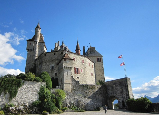 La cour et le Château de Menthon-Saint-Bernard