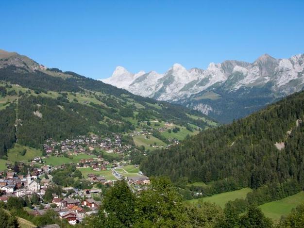 Vue sur le village et la chaîne des Aravis