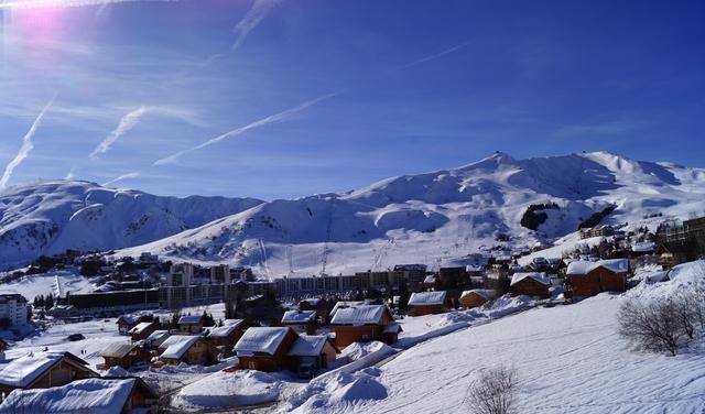 La Toussuire et son front de neige au 2ème plan