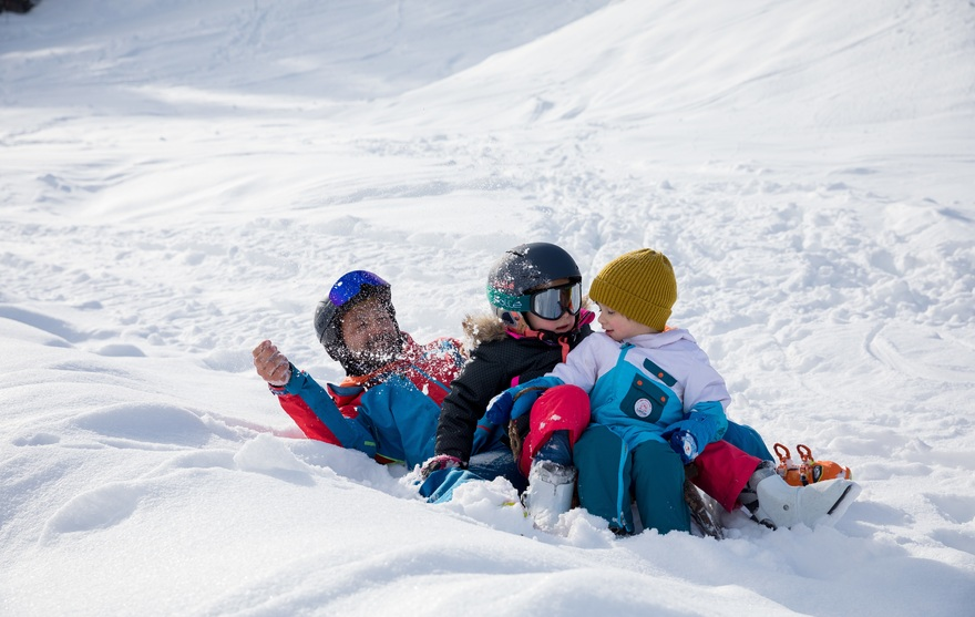 Jeux en famille dans la neige