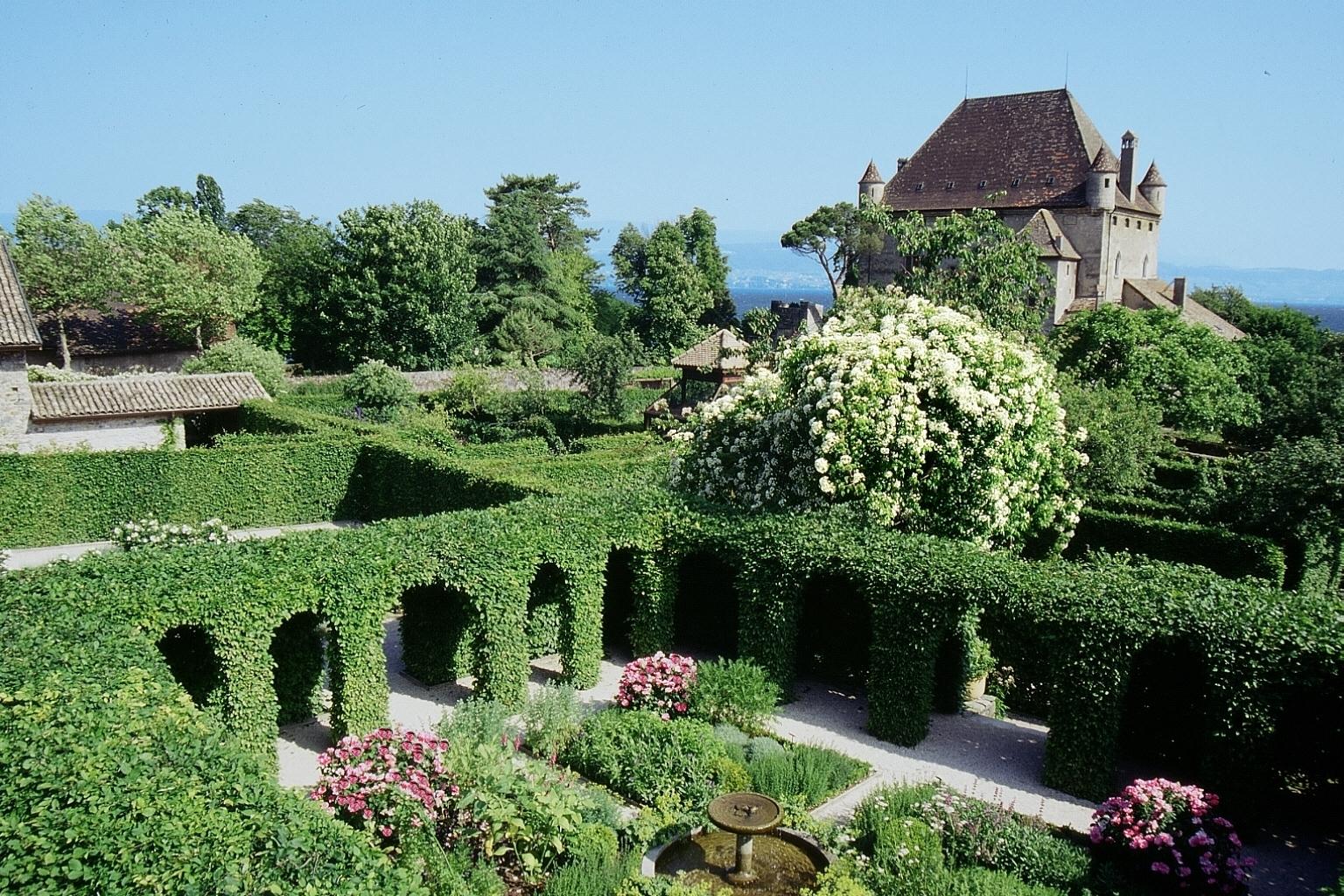 Le Labyrinthe, Jardin des Cinq Sens - Yvoire Magasins, Tourisme ...